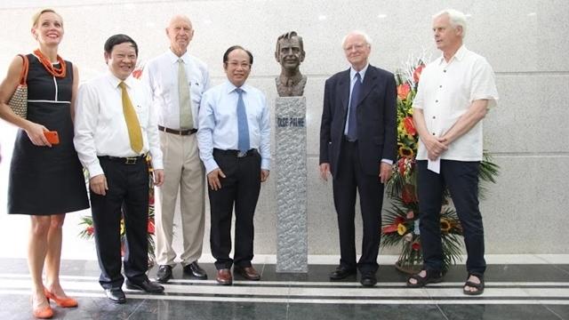 Lễ trao tặng tượng điêu khắc cố Thủ tướng Thụy Điển Olof Palme tại Bệnh viện Nhi Trung ương