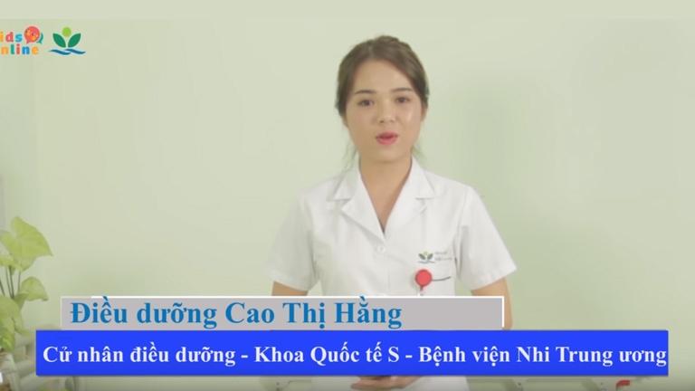Bác sĩ bệnh viện Nhi Trung Ương hướng dẫn Chườm ấm hạ sốt tại nhà cho trẻ