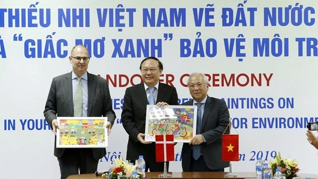 """Lễ đón nhận tranh thiếu nhi Việt Nam vẽ đất nước Đan Mạch và chủ đề """"Giấc mơ Xanh"""" bảo vệ môi trường"""