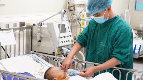 Đắp lá cây chữa bệnh, bé trai 20 tháng tuổi bị hoại tử bộ phận sinh dục